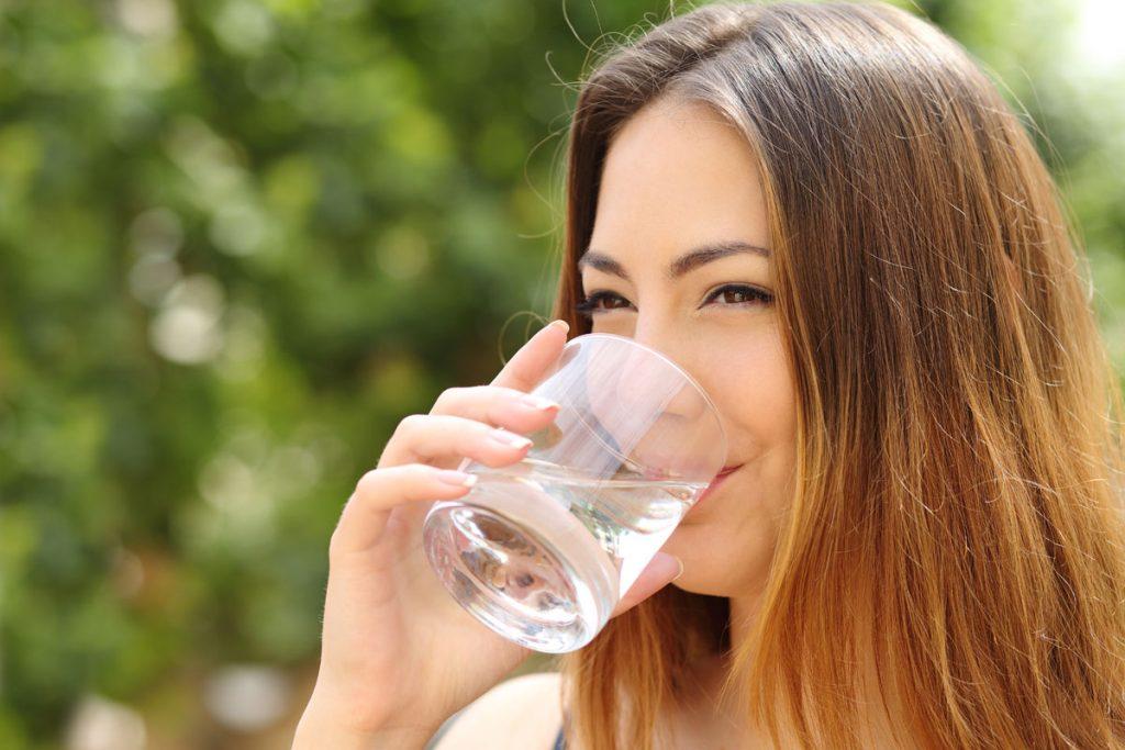 bebendo um copo d'água
