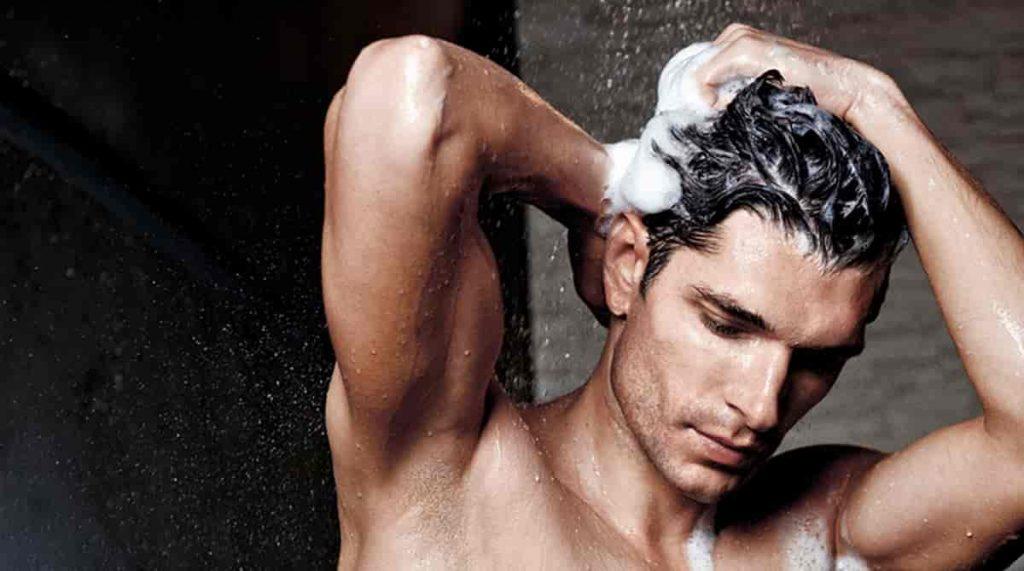 lavando cabelo