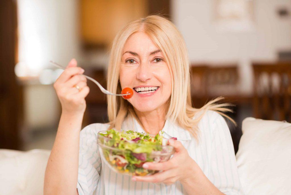 mulher se alimentando