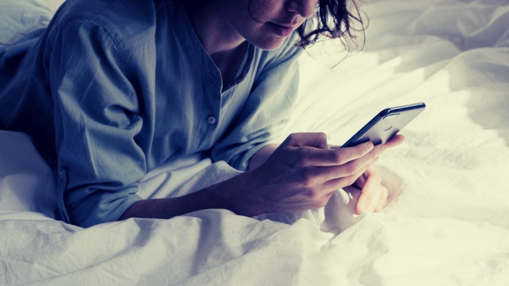 mexendo no celular antes de dormir