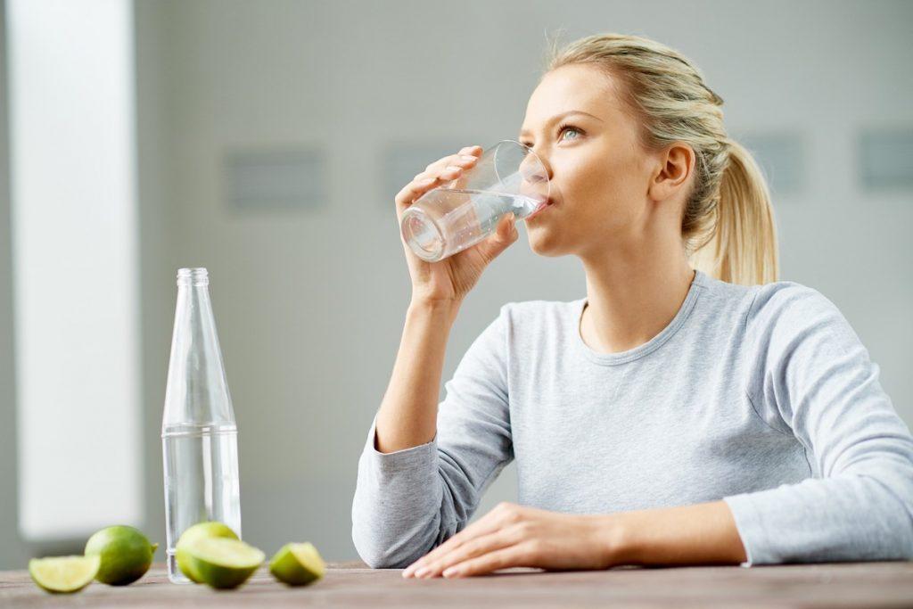 bebendo água com limão